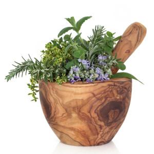 aromatiche in fiore dentro a mortaio in legno